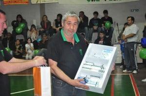 Eduardo, trabajador del club, recibió un botiquín donado por la familia Valerga