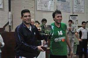 Runke y Benedetto -capitanes de su equipo - sostienen la copa