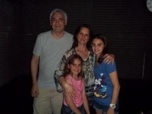 Daniela y su familia, en los estudios de FM LIDER 98.9