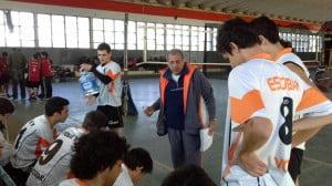 Aldo Andrada hablando con el equipo sub 18