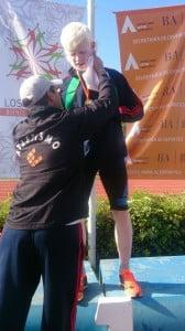 Walter recibiendo la medalla de Oro de manos de Javier Amarillo