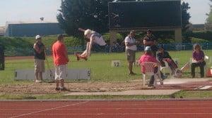 Walter en plena competencia de salto en largo