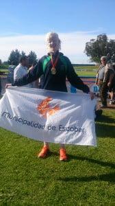 Walter Blanco con la bandera del Municipalidad de Escobar