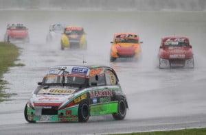 Fagñani en punta bajo la lluvia en La Plata