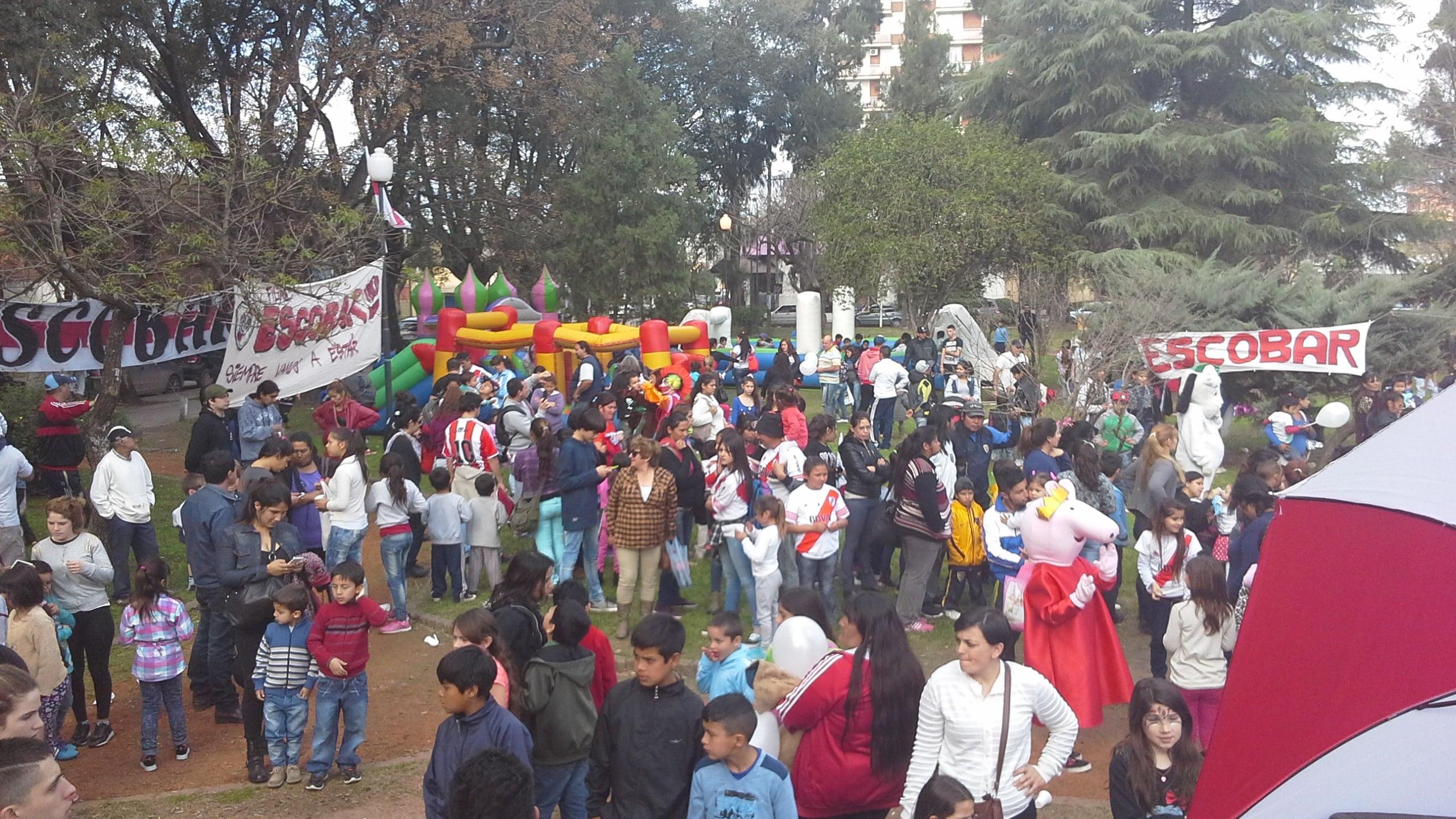 Los chicos disfrutando del festejo de la filial local de River Plate