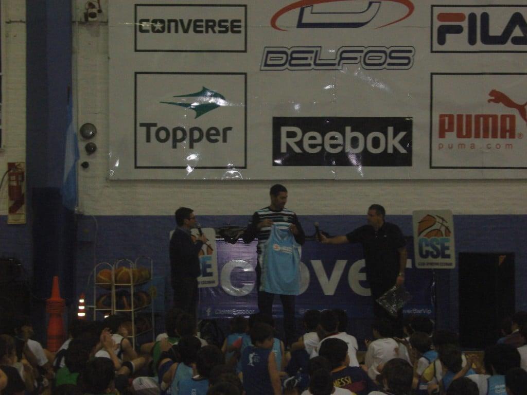 Leo Gutierrez desplegó su experiencia en una clínica de básquet