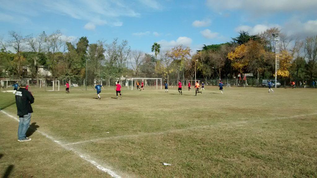 Atlético Escobar perdió por dos pelotas paradas