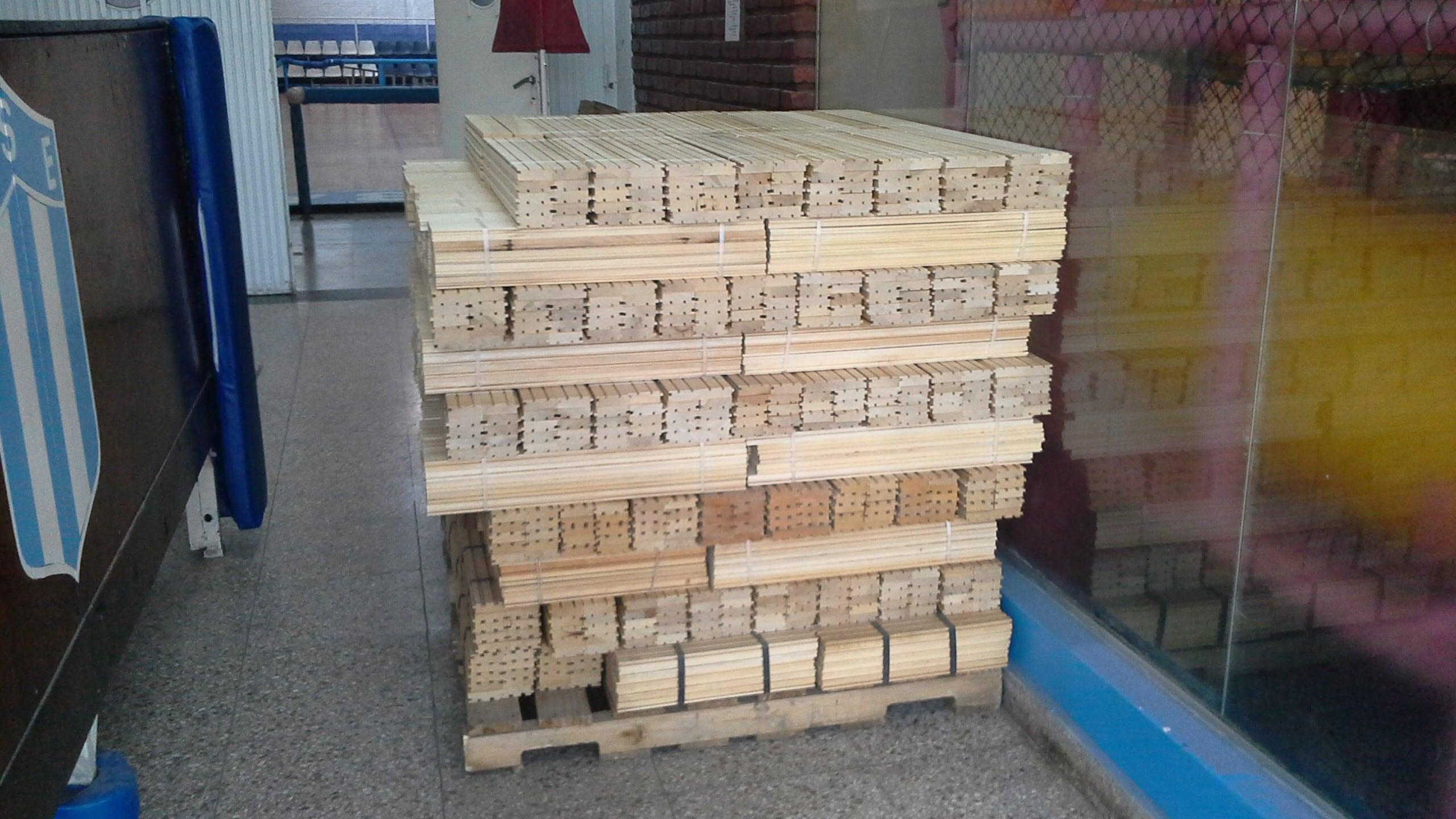 La madera para  ampliar el parquet del gimnasio