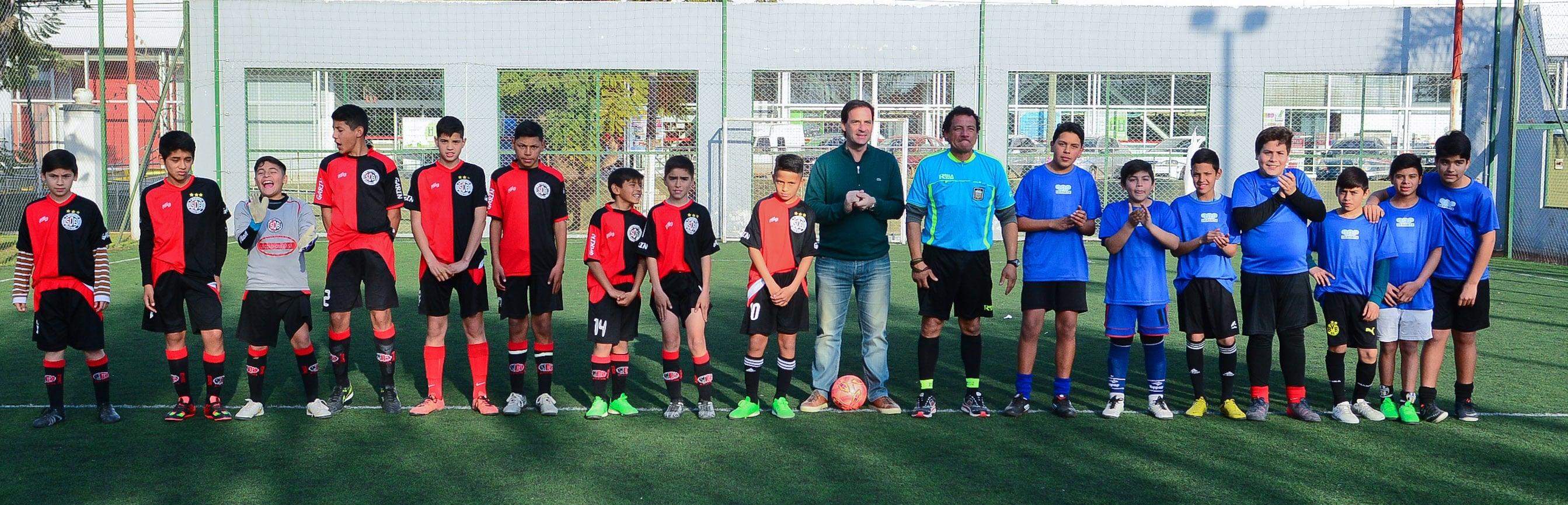 Los equipos  junto al intendente Ariel Sujarchuk previo al inicio del partido