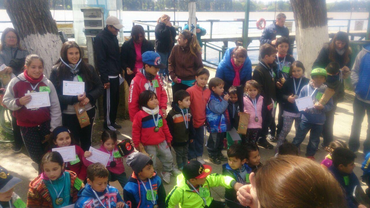 Los niños reciben premios y golosinas como cierre del concurso