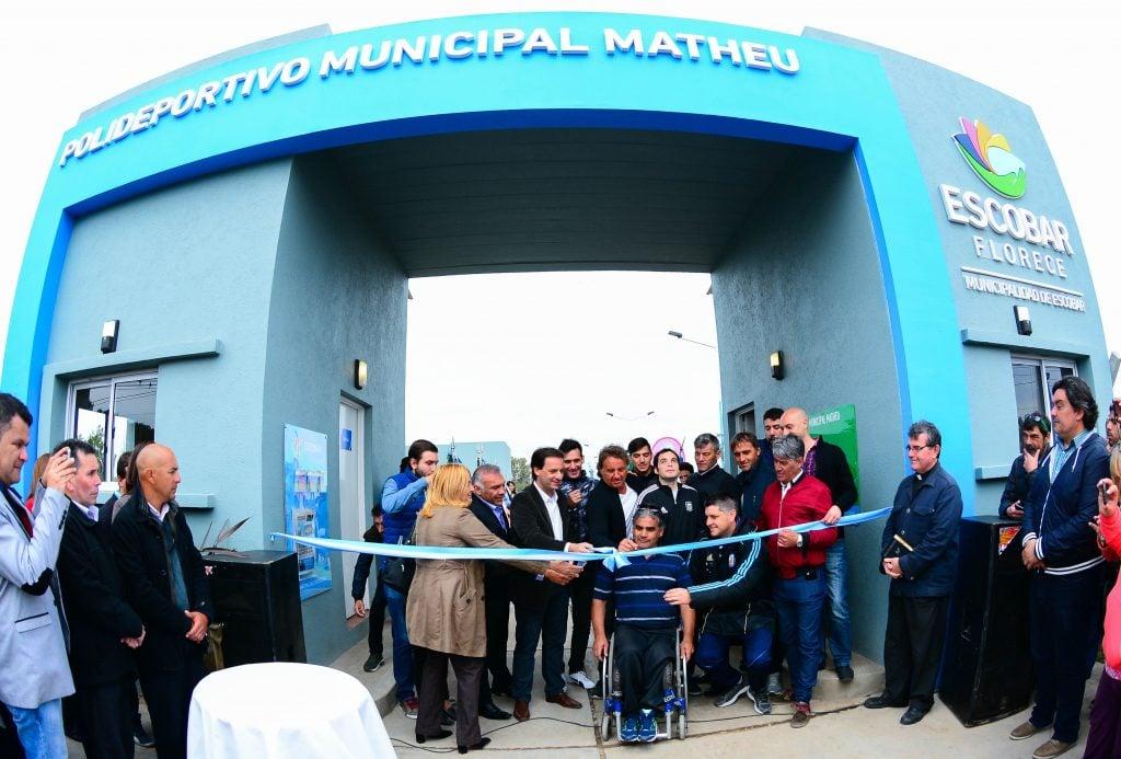 Una multitud se acercó para la inauguración del Polideportivo de Matheu