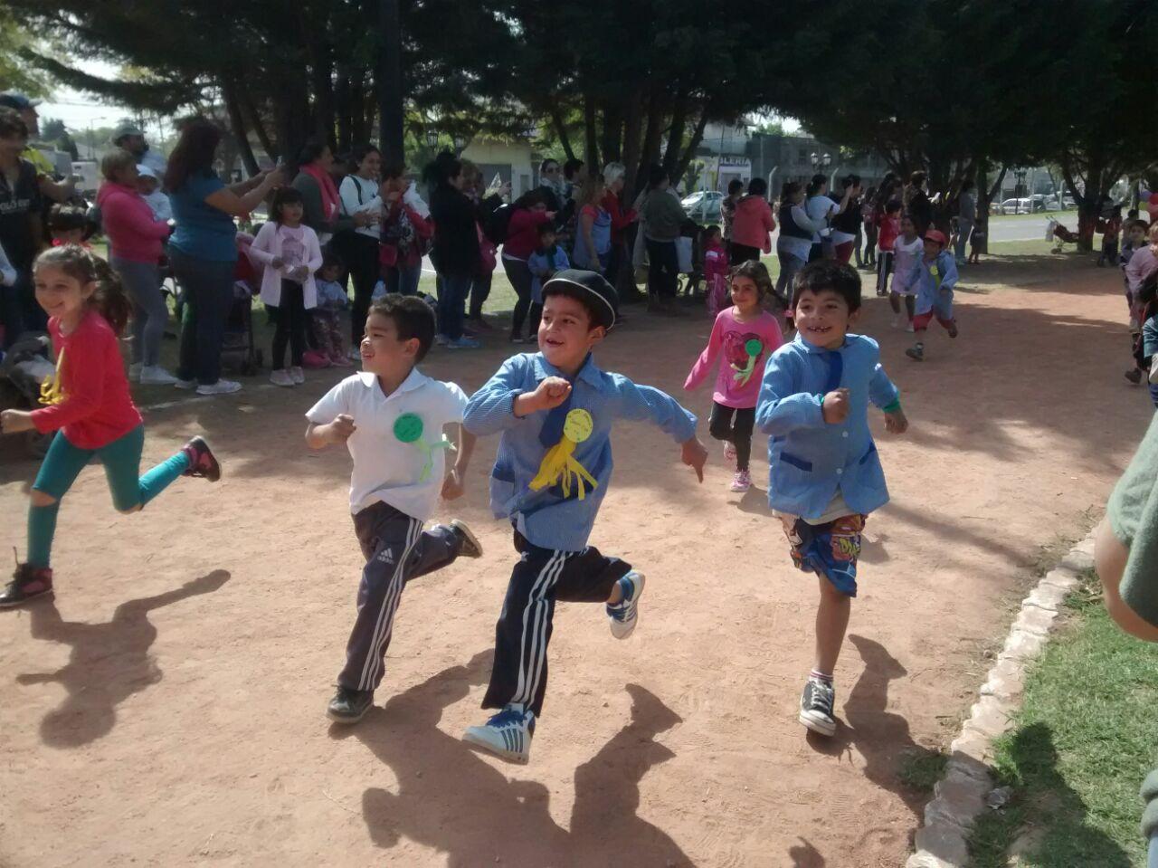 Los pequeños participando de una carrera de velocidad