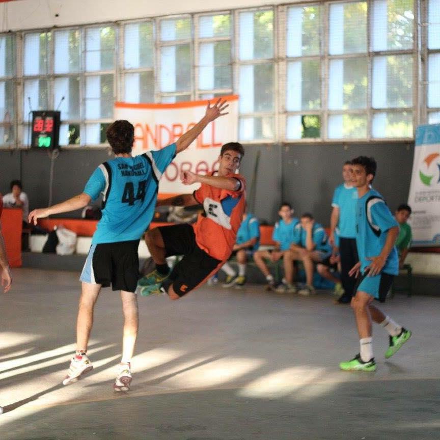 Diego en uno de los partidos jugando para Handball Escobar