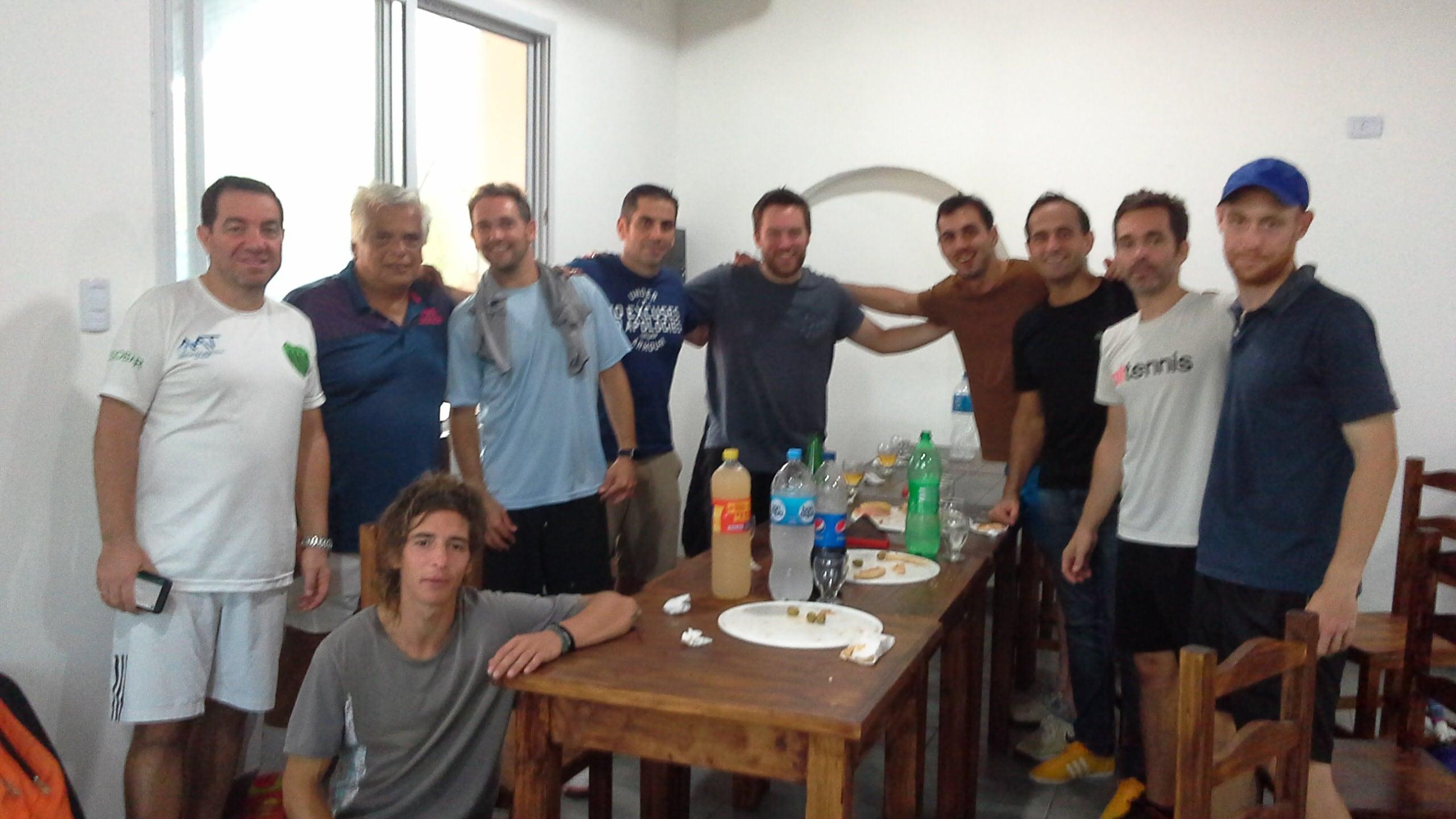 Jugadores de Independiente y Deportes Discobolo comparten tercer tiempo