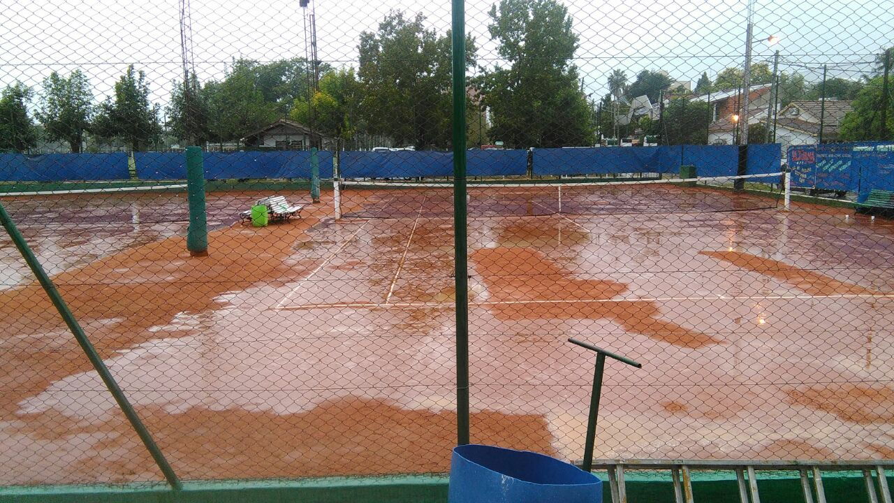 La cancha luego de la intensa lluvia que obligo a suspender el partido