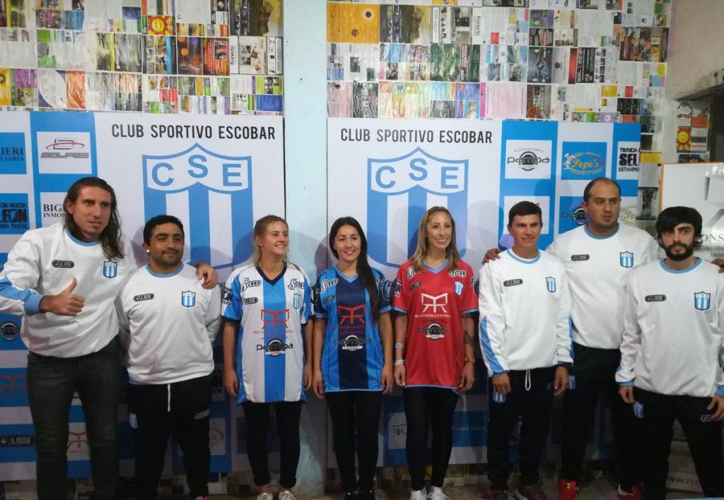 Sportivo Escobar presentó su nueva camiseta con bombos y platillos