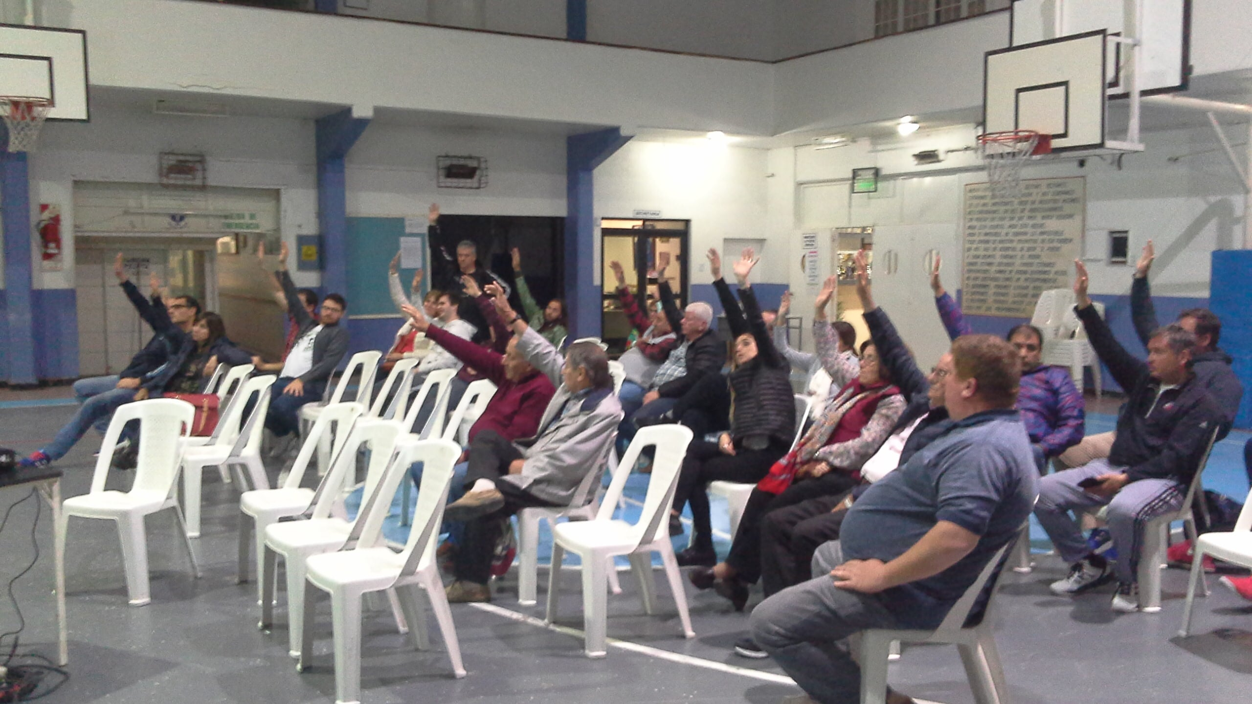 Momento de la votación en la asamblea extraordinaria del Club Sportivo Escobar