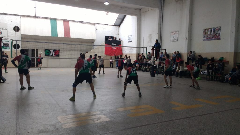 Voley de inferiores al día