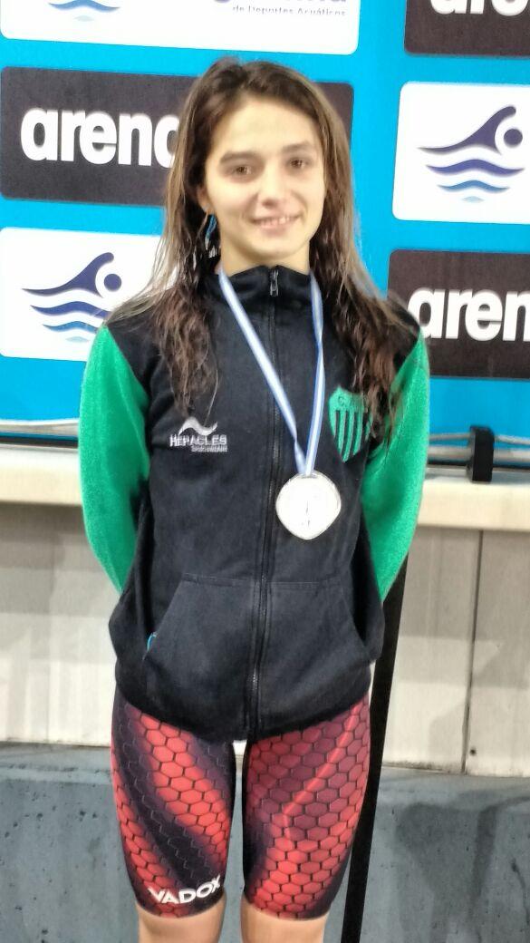 Candela Nieves luce una de las medallas obtenidas en el Provincial