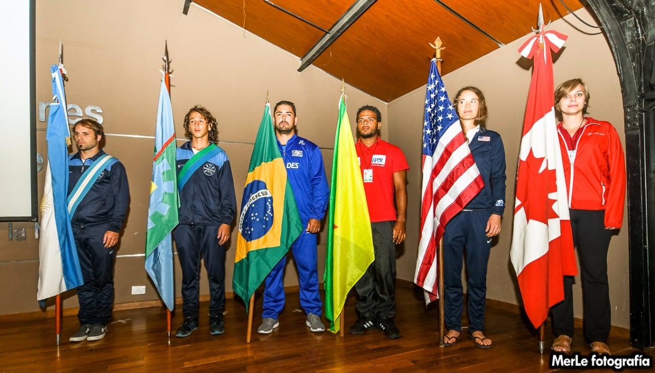 Los representantes de cada selección portando la bandera en el acto inaugural