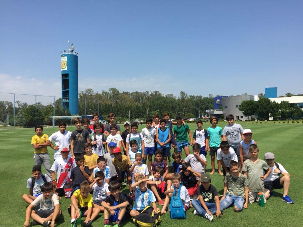 La escuela de fútbol de Doble55inco visitó, el predio de AFA