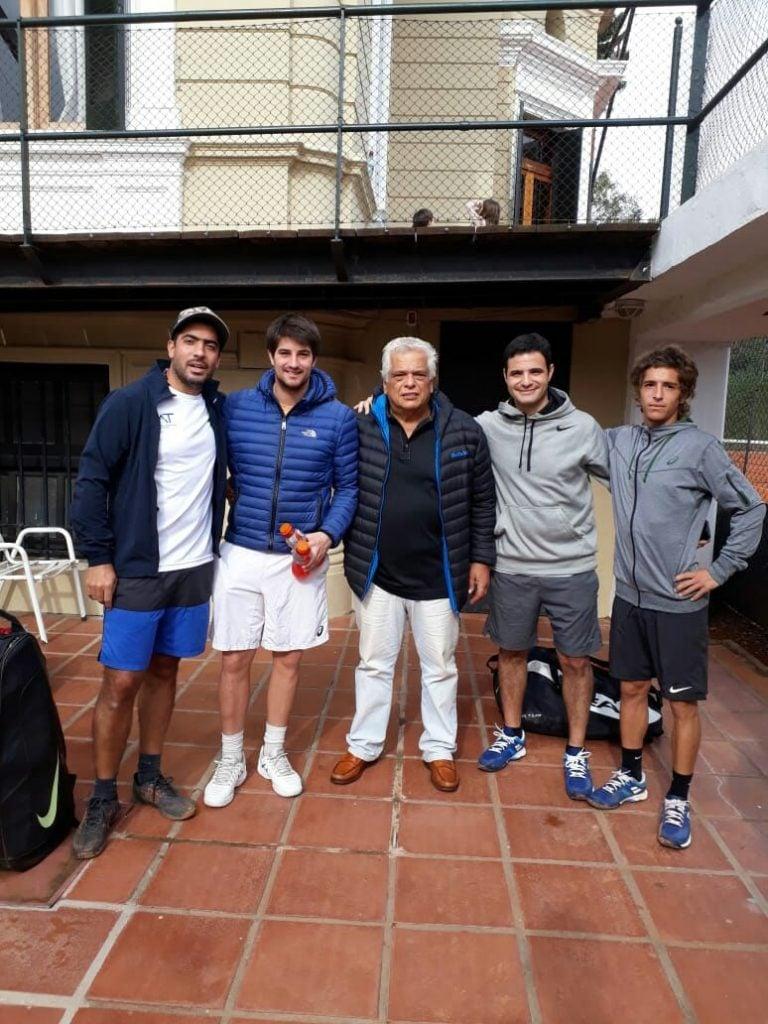 Independiente, juega, gana y es puntero del Interclubes de Tenis