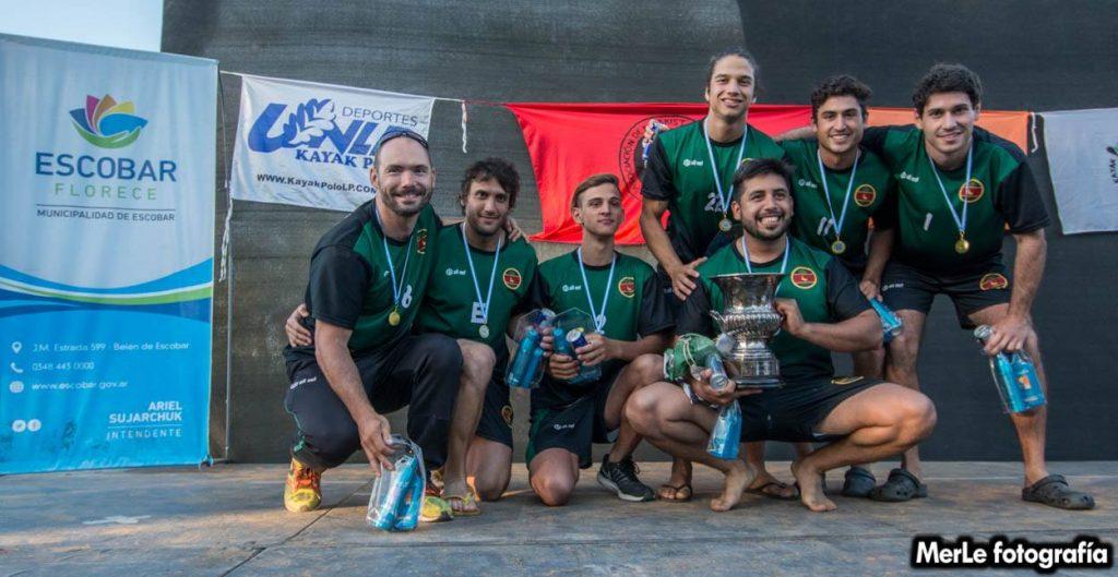 Los jugadores del Club de Pescadores comparten su alegría tras ganar la Copa Argentina