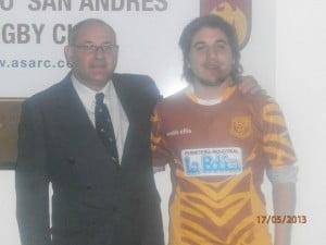 El presidente de San Andrés junto a uno de los jugadores del club