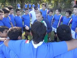 Gabriel  charla con sus jugadores en el ultimo amistoso.