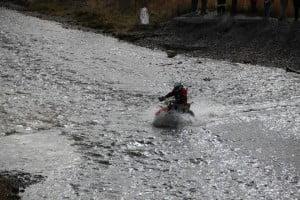 Mariano cruzando el río Valdez