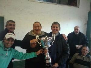 Guillermo Fabbi entregando la copa a Zatti, Gioia y Alvarez