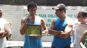 Sebastián Chaparro recibiendo el premio al mejor deportista 2014
