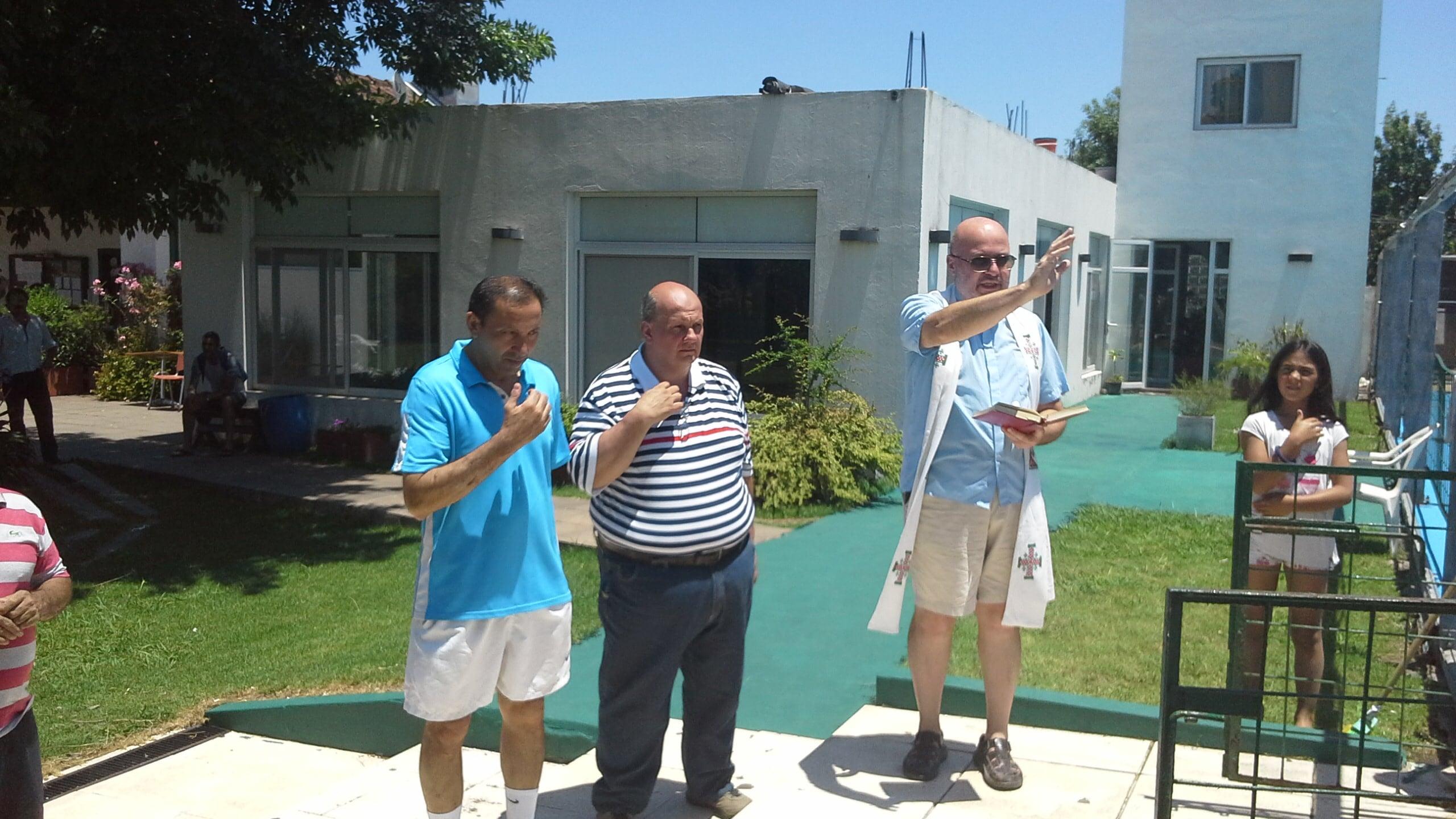 Padre Bruno bendice las aguas, acompañado por Gustavo Basso y Carlos Insaurralde