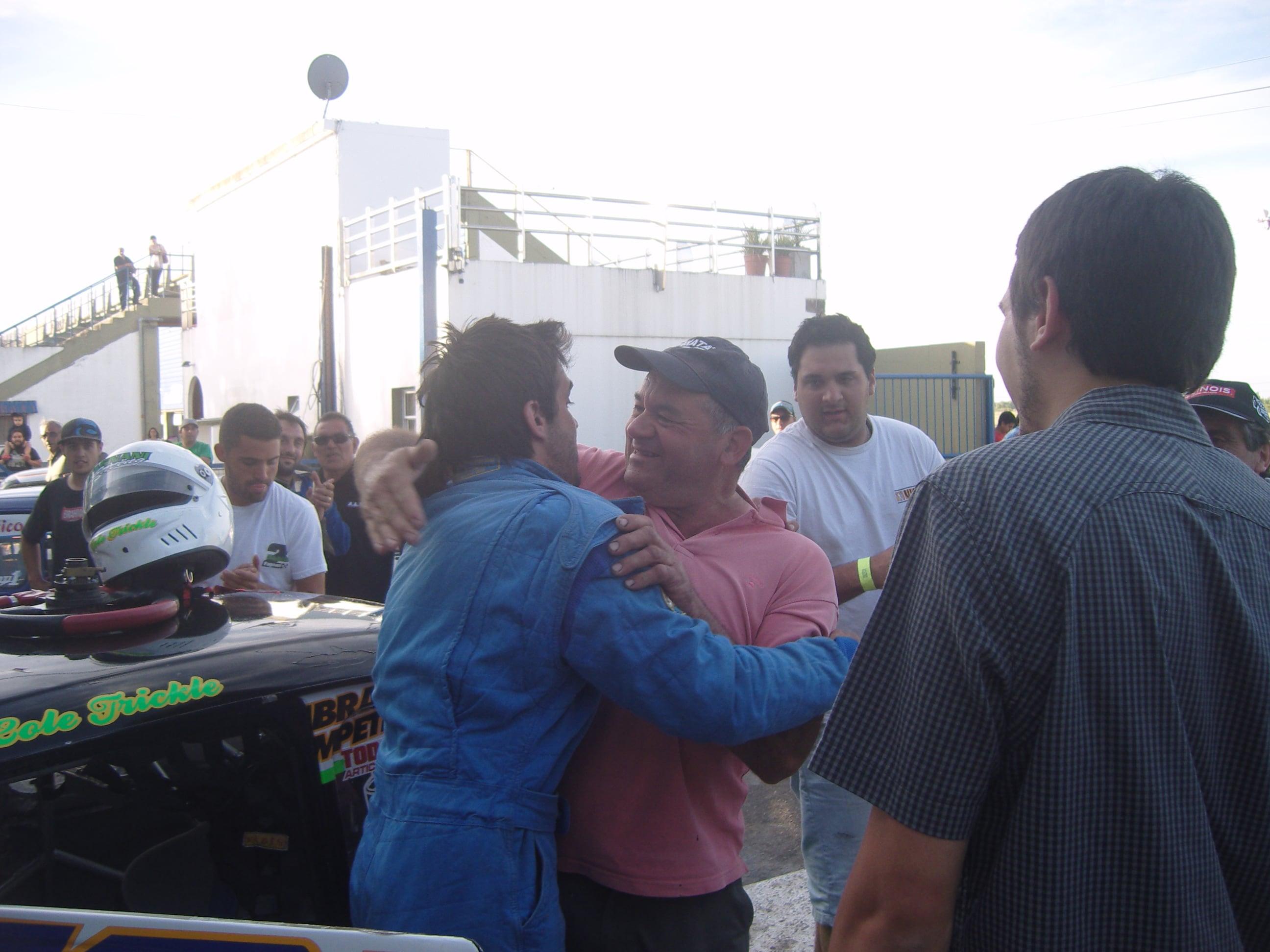 Sebita recibiendo un abrazo interminable de su padre y familia al coronarse campeón