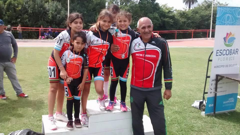 Alfredo Paez entrenador de Patín Carrera junto a integrantes del plantel