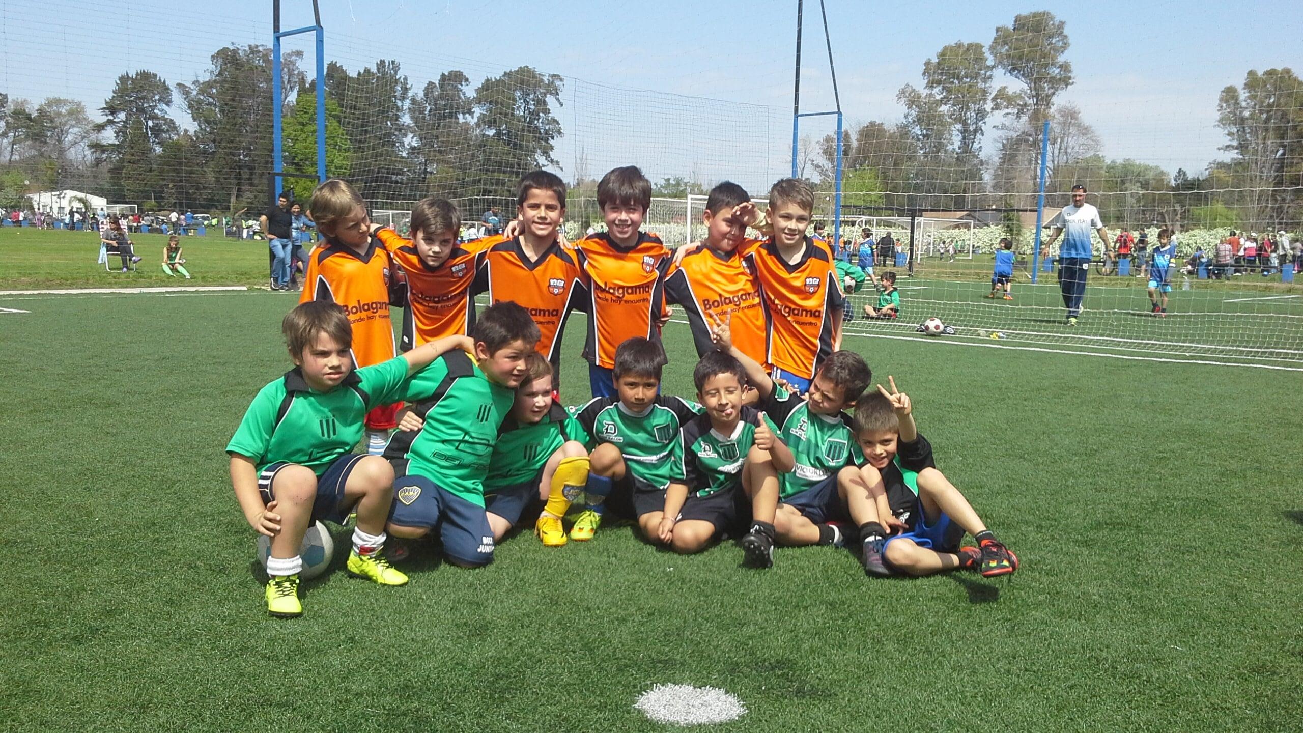 Equipo de Independiente de Escobar y Bolagama previo a uno de los partidos