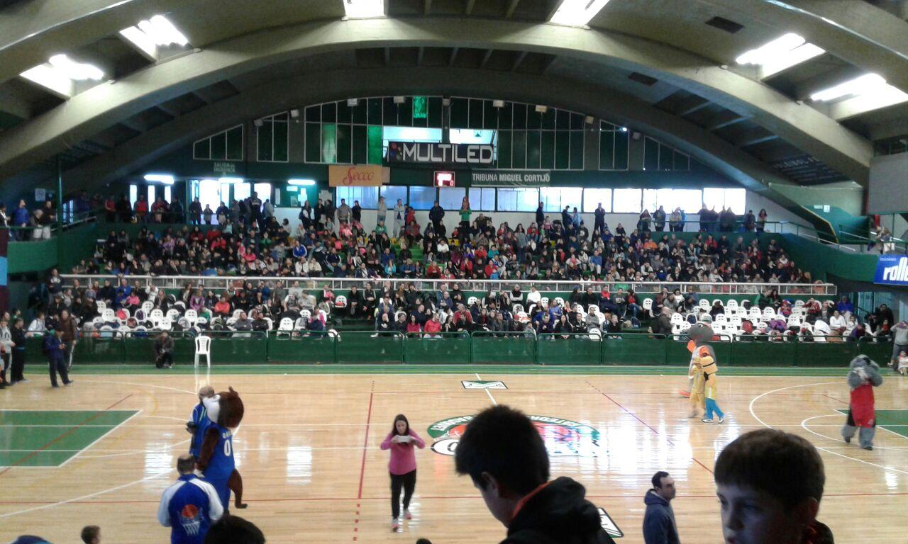 Imagen del encuentro de escuelas de básquet en Ferro Carril Oeste