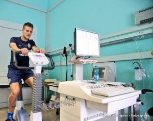 Bruno Zuculini en la revisión médica. (Foto: Hellas Verona)