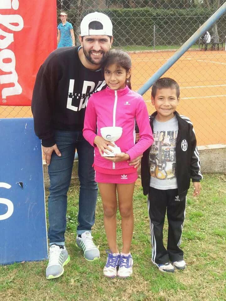 Sahira Tierno con la Copa del subcampeonato junto a su familia