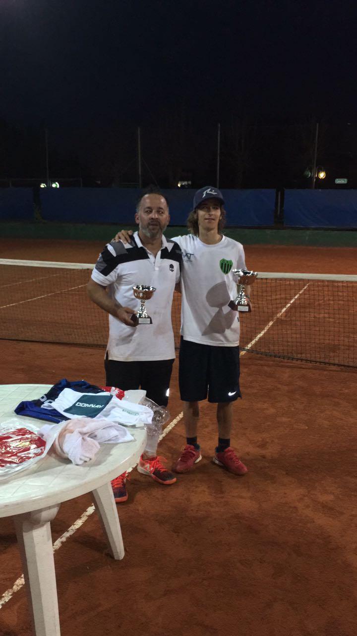 Martín y Willy muestran las copas ganadas en el Torneo interno