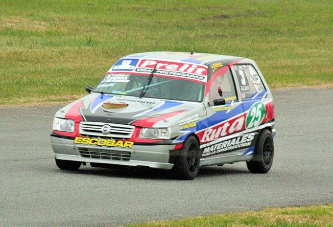 El auto de Mariano Cordani girando en el autódromo de Dolores