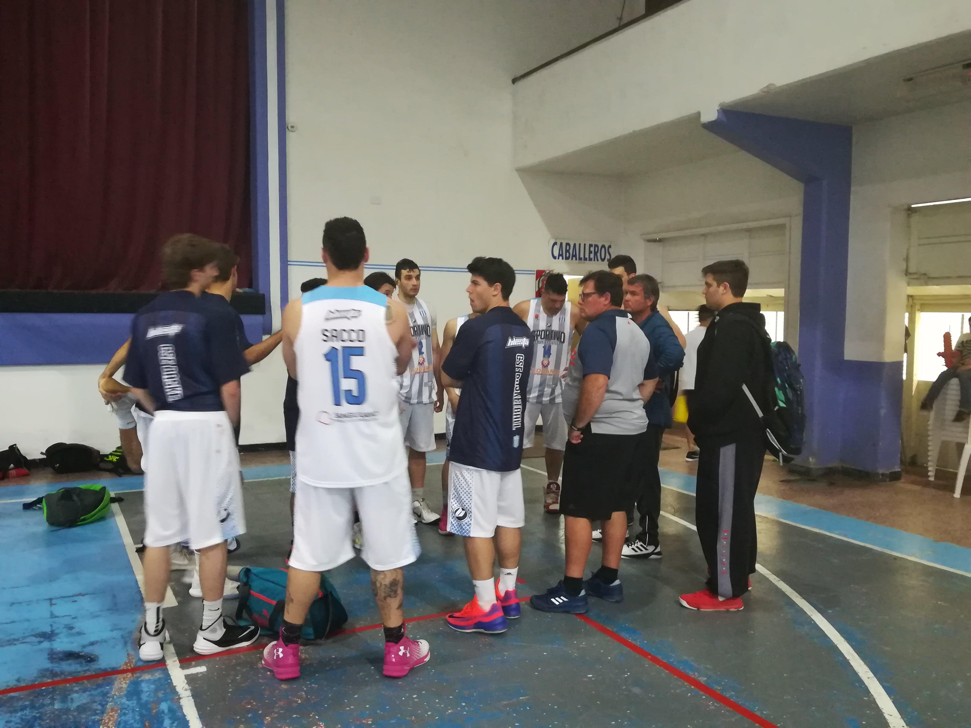 El plantel junto al entrenador Marcato analizan la actuación en el cuadrangular
