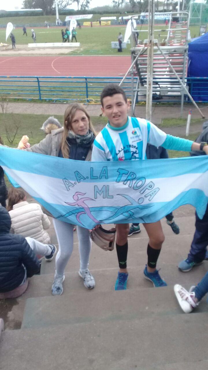 Cristian Aguilar junto a su entrenadora Marisa Larraura ,luego de ganar