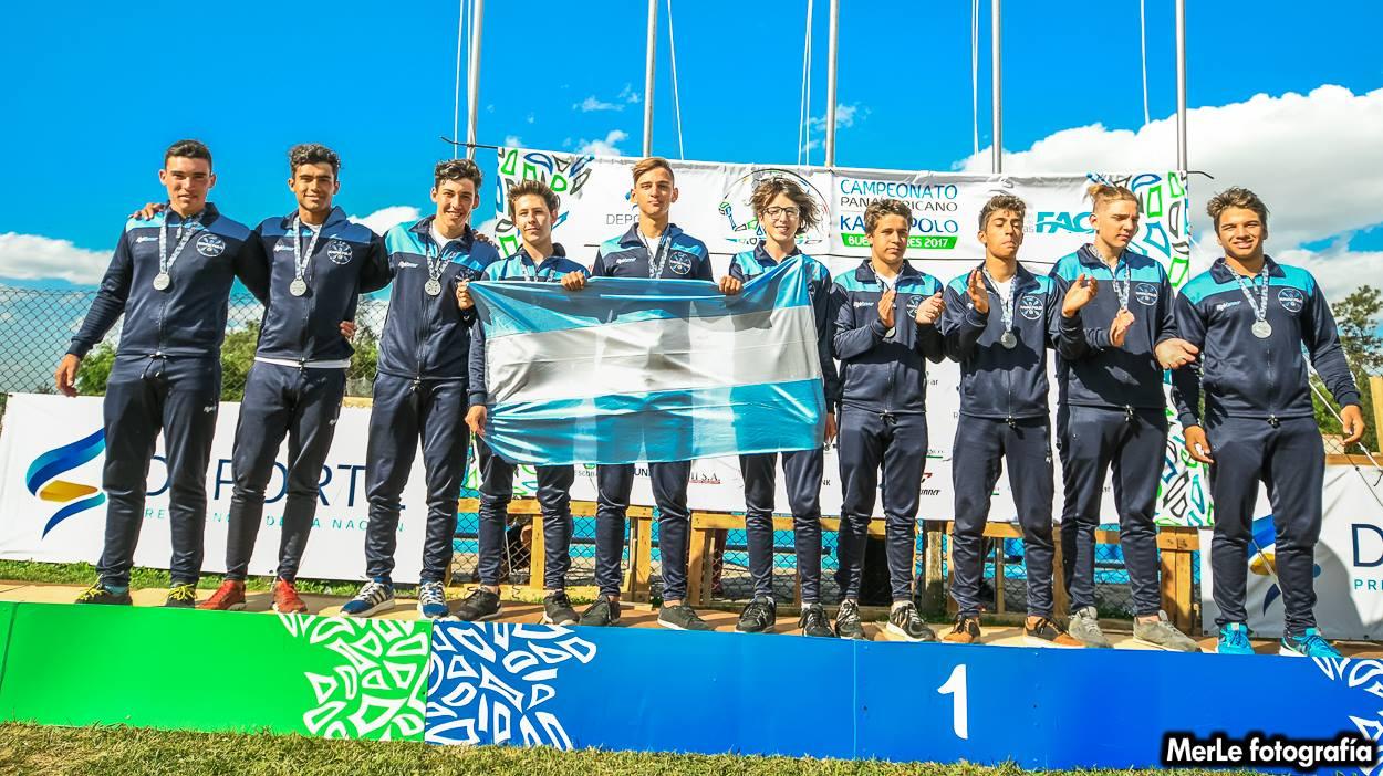 Selección Argentina Sub 21 recibiendo reconocimiento por la participación