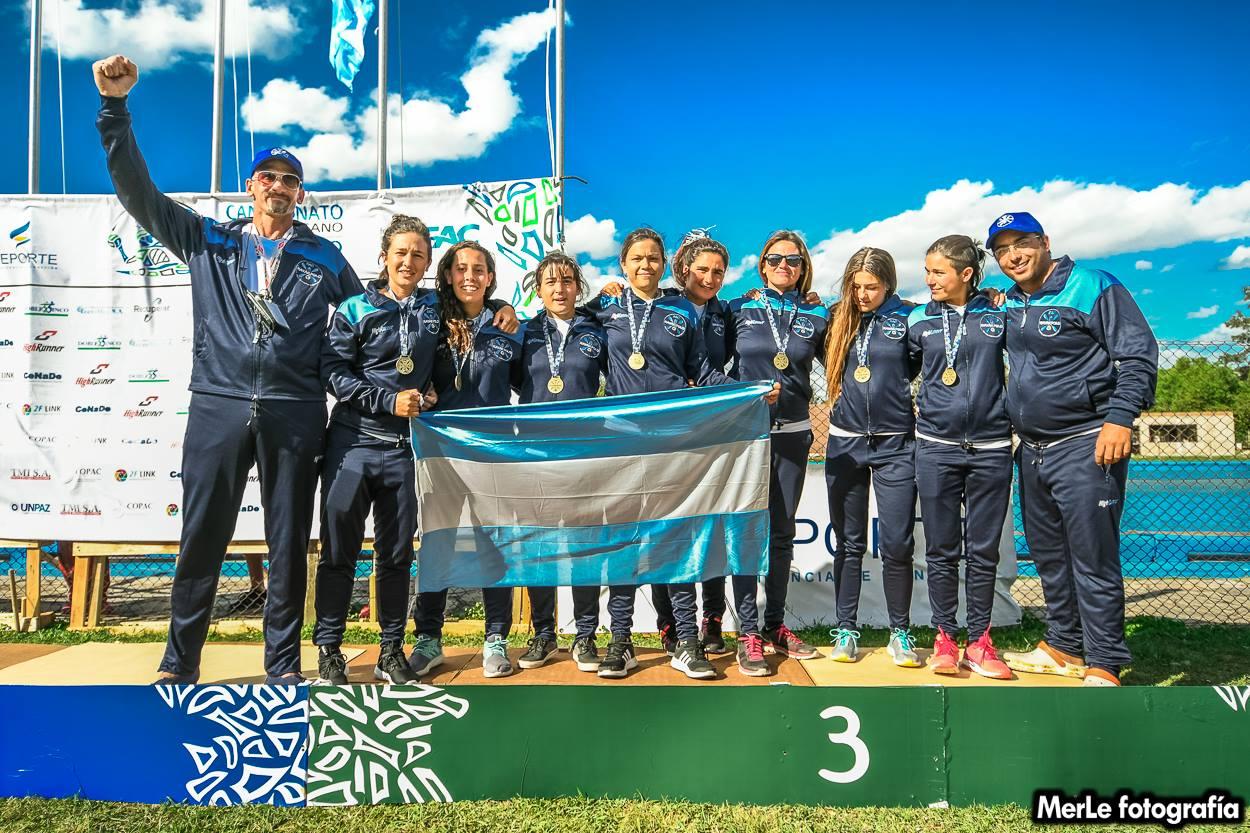 Selección Argentina Femenina en el podio recibiendo medalla de bronce