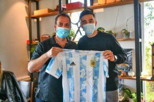 Ariel Sujarchuk recibió y homenajeo al futbolista escobarense Nicolás González